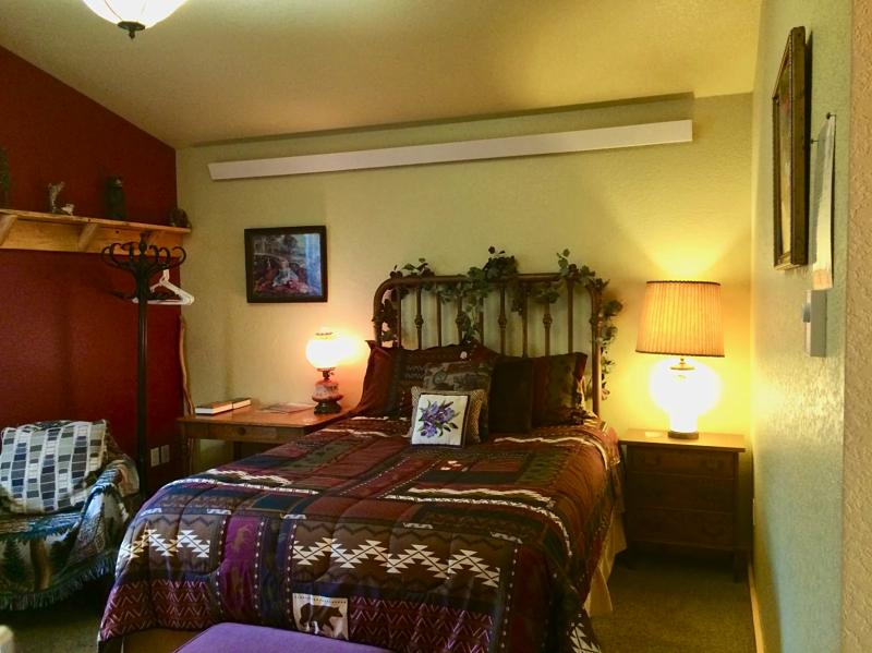 Bear Mountain Suite Queen Bed
